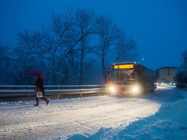Ein Buss auf verschneiter Strasse.