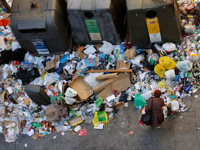 Müllhaufen rund um Container.