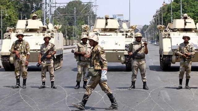 Soldaten bewachen die Strassen von Kairo