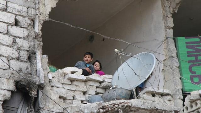 Uffants en las ruinas d'Aleppo.