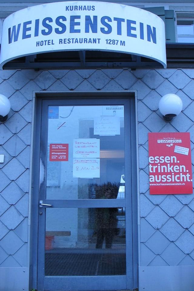 Eingangstüre mit Restaurant-Schild.