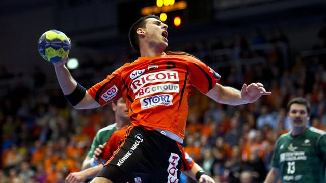 Der Schaffhauser Handballer Andrika Pendic wirft einen Ball beim Handball Playoff-Finalspiel 2013.