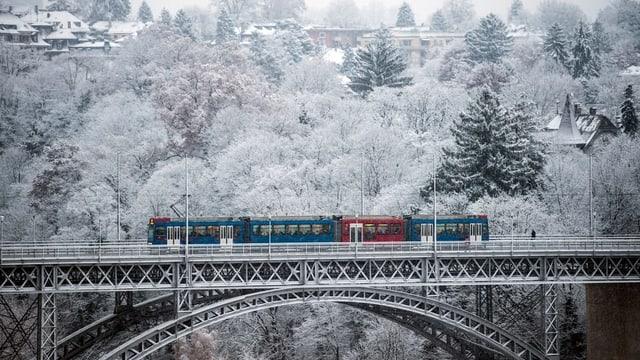 Tram auf einer Brücke