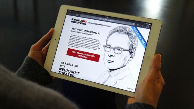 Eine weiblich Hand hält ein iPad, auf dem eine Zeichnung von Roger Köppel zu sehen ist.