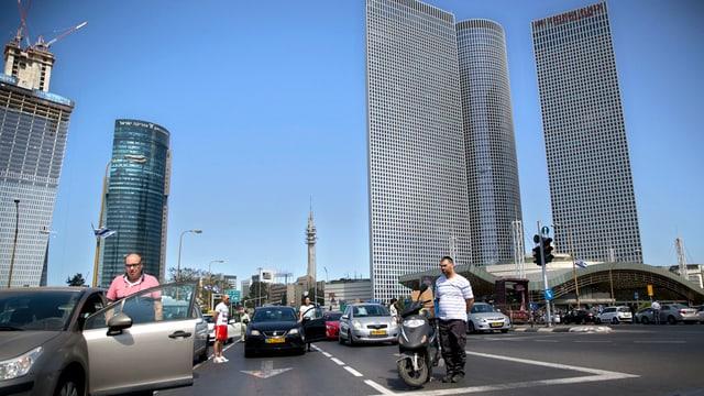 Er a Tel Aviv è il traffic stà airi per duas minutas - diversas persunas han bandunà lur auto per star airi