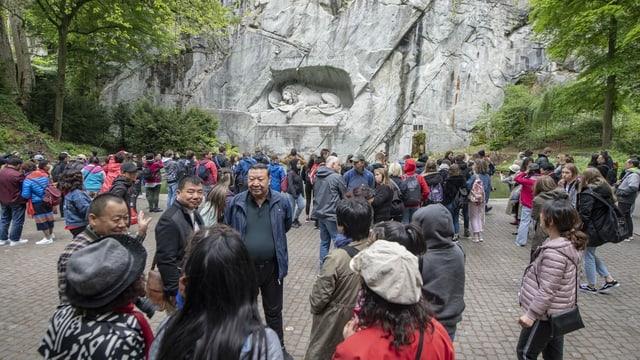 Eine Gruppe von Chinesinnen und Chinesen beim Luzerner Löwendenkmal