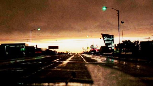 Leere, breite Strasse in Amerika bei Sonnenuntergang.