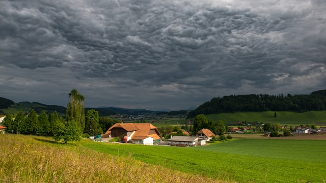 Wie hier in Boll dominierten in der Deutschschweiz die Wolken das Geschehen am Himmel. In diesem Fall waren es sogenannte Mammatus-Wolken.