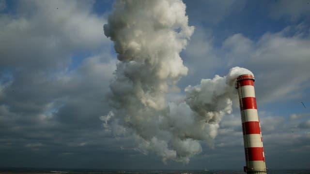 Rauchender Kamin eines Kohlekraftwerkes in Polen