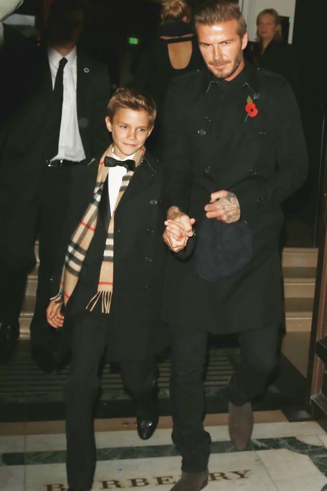 Romeo Beckham an der Hand von David Beckham.