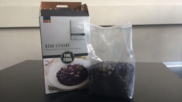 Kartonverpackung, daneben viel Kleiner der Reis in einem Plastikbeutel.