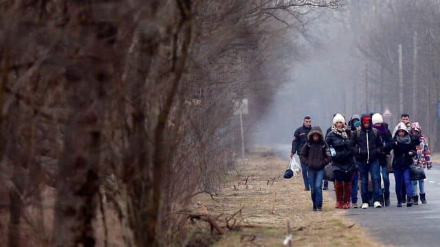 Gruppe von Menschen läuft bei trübem Wetter.