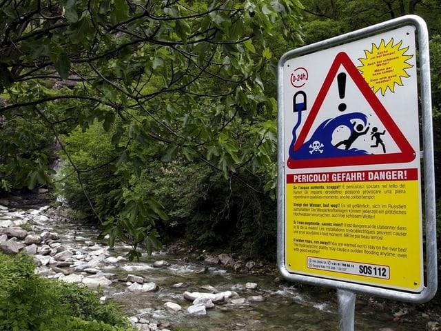 Eine Warntafel beim Wildbach Nala nördlich von Bellinzona.