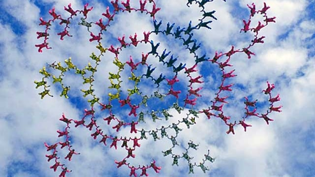 Unzählige Skydiver in einer komplexen Formation im freien Fall.