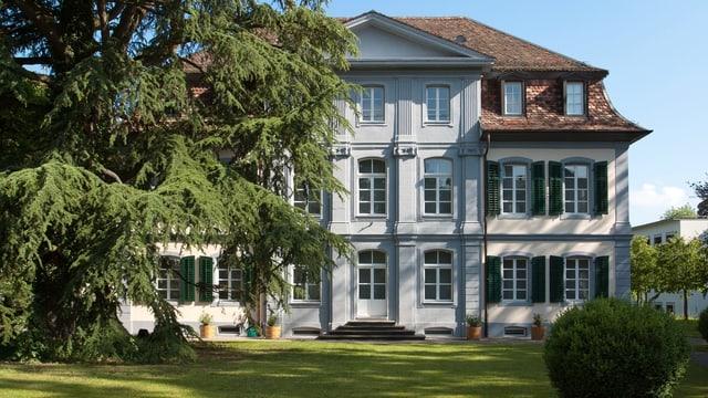 Alte Villa mit Garten.