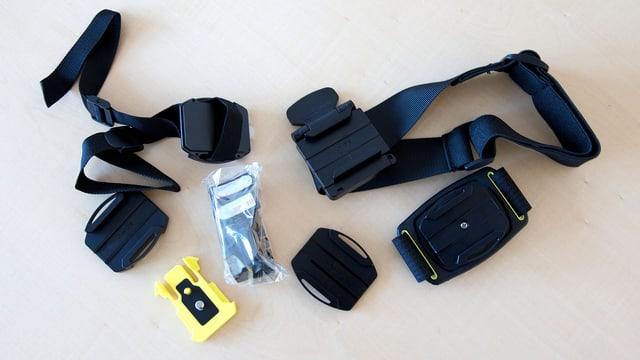 Das Bild zeigt die verschiedenen Befestigunsmöglichkeiten der Sony Action Cam.