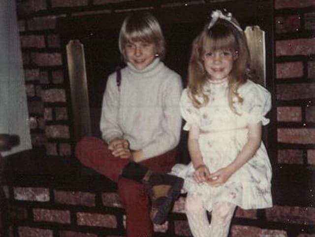 Kurt Cobain als Junge mit seiner Schwester im Elternhaus