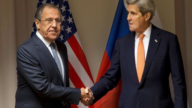 Lawrow und Kerry schütteln sich die Hand.