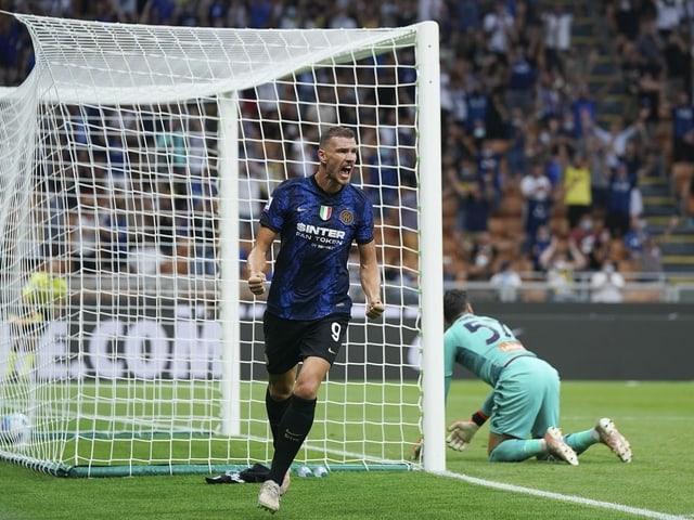Edin Dzeko feiert sein Tor gegen Genoa.