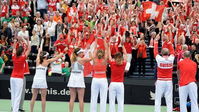 Die Schweizer Fed-Cup-Spielerinnen jubeln.