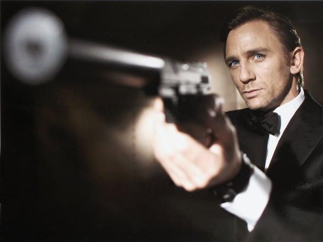 Halbnahe Mann mit Pistole