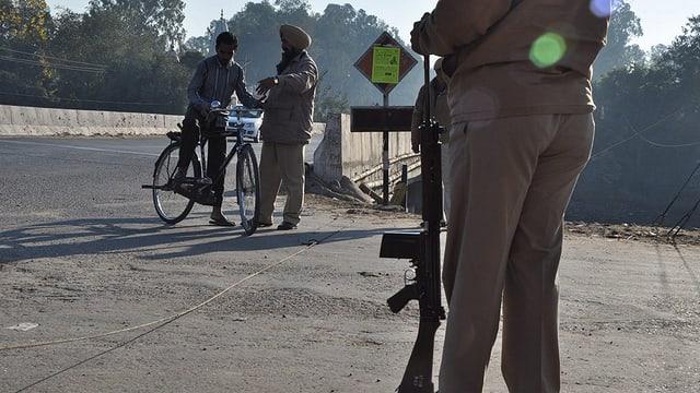 in policist discura cun in velocipedist, a Punjab en l'India