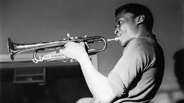 Ein Mann spielt Trompete