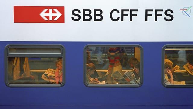In car da la SBB cun passagiers.