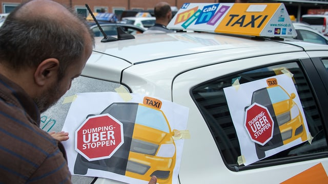 "Taxi mit Aufkleber ""Uber stoppen"""