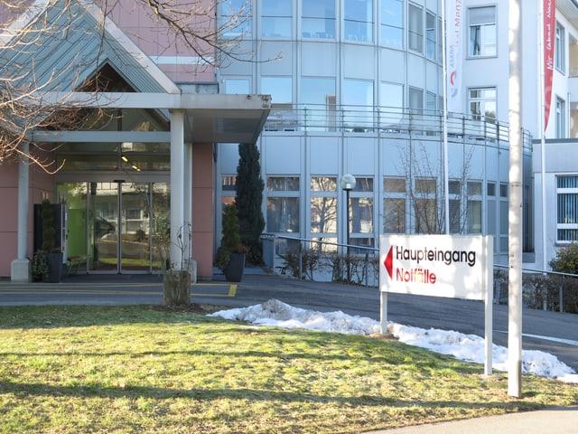 Haupteingang des Asana Spitals Menziken.