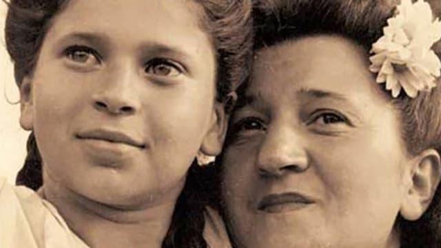 Schwarzweiss-Foto von einer Mutter mit ihrer