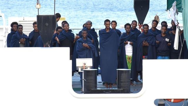Beten auf dem Schiff: Passagiere der im Hafen von Catania blockierten «Diciotti».