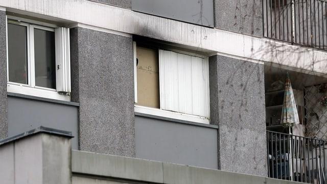 Hausfassade mit Fenstern.