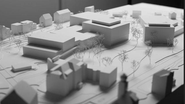 Ein weisses Gipsmodell mit Gebäuden.