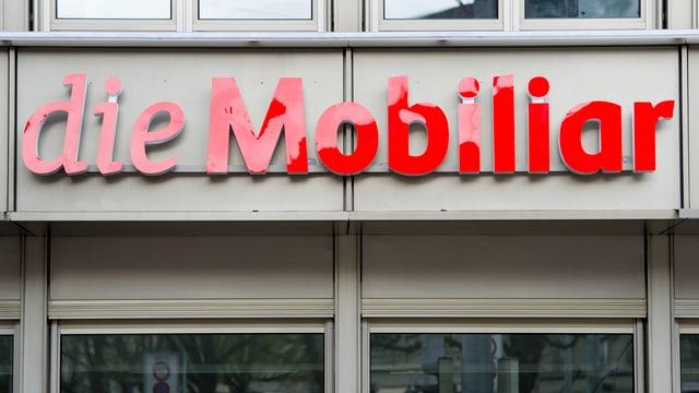 Rotes Logo der Mobiliar an Firmengebäude.