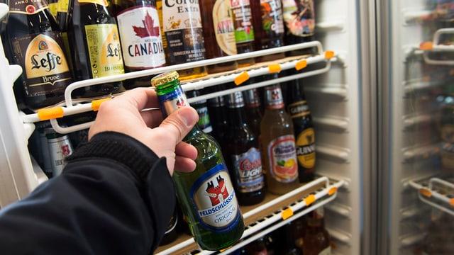 Bierflaschen in einem Kühlschrank.