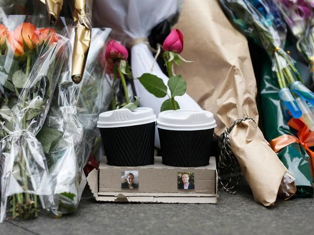 Die zwei Kaffeebecher mit den Fotos der zwei getöteten Geiseln erinnern an die Geiselnahme von Sydney.