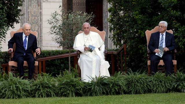 Peres (l.), der Papst und Abbas sitzen in einem Garten.