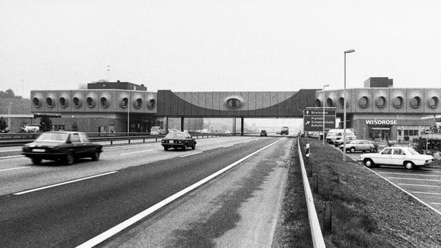 Schwarzweissfoto der Autobahnbrücke in Pratteln.