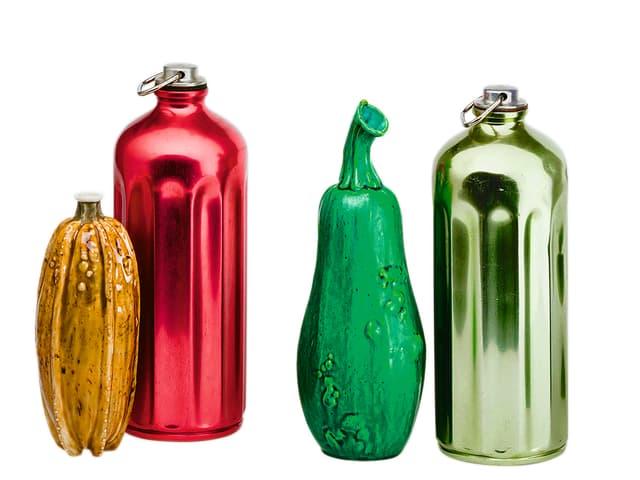 Zwei kürbisförmige Flaschen und zwei bunte Glasflaschen.