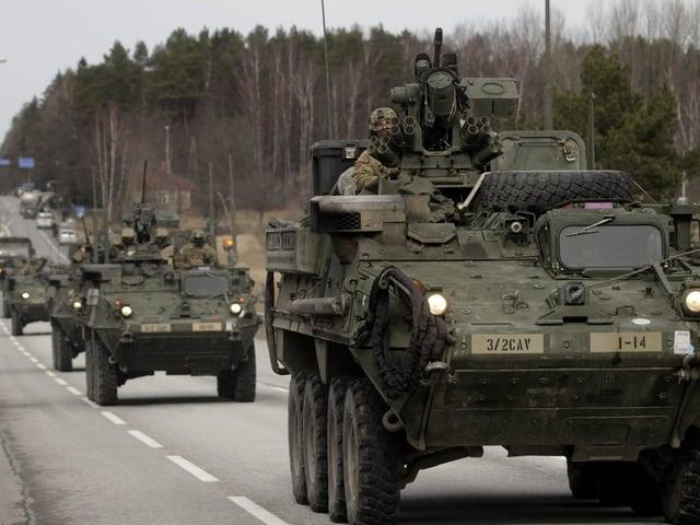Panzer auf einer Strasse.