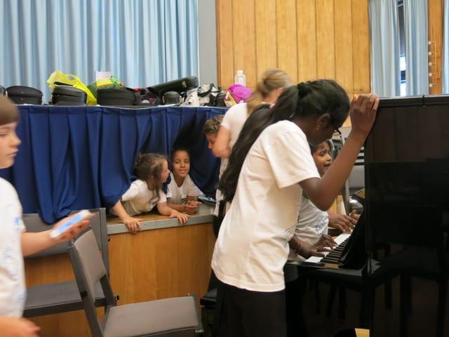 Kinder spielen mit Klavier