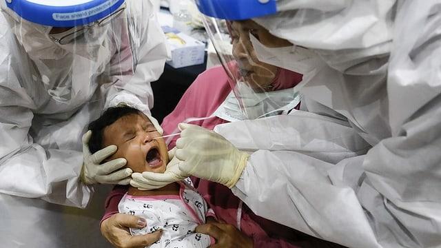 Coronatest bei einem Kind.