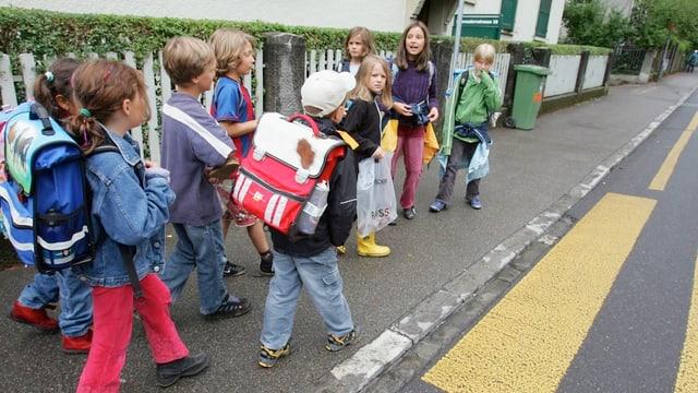 Kinder in Bern auf dem Schulweg. Geht es nach dem Gemeinderat, sollen diese sicherer werden.