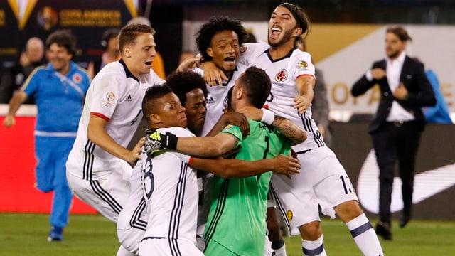Die kolumbischen Spieler feiern ihren Torhüter.