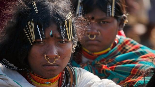 Zwei Frauen eines Stamms mit Gesichtsschmuck