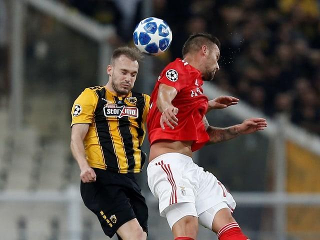 Athens Michalis Bakakis im Kopfballduell mit Haris Seferovic von Benfica Lissabon.