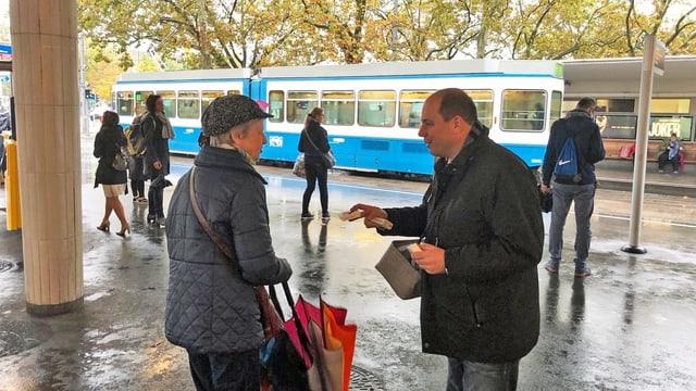 Taschentüchlein gefällig? SVP-Nationalrat Mauro Tuena trotzt am Bellevue in Zürich dem Regenwetter.