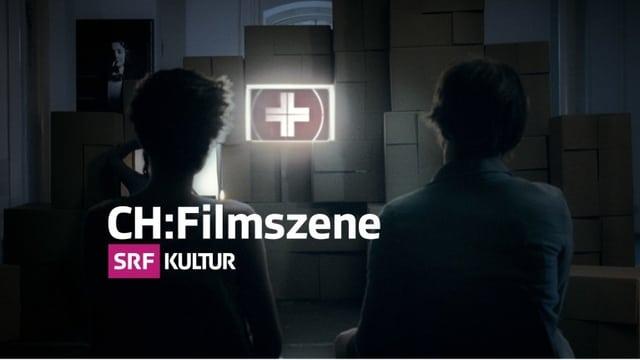 CH:Filmszene-Logo, zwei Personen in der Rückenansicht, die auf einen Bildschirm mit einem Schweizerkreuz schauen.
