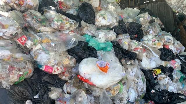 Abfallsäcke voller Abfall, aufgestapelt parat für das REzyklieren